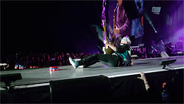 This is when Keith slipped, over that crappy hat, it seems... [thx rileyf, iorr for the pic!]
